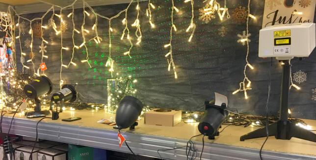 MANGE LASERLAMPER PÅ MARKEDET: Det finnes en god del laserlamper for julebelysning utendørs både i butikkene og på nett. Alle lampene som står med ryggen til på bildet er laserlamper. Foto: Kristin Sørdal