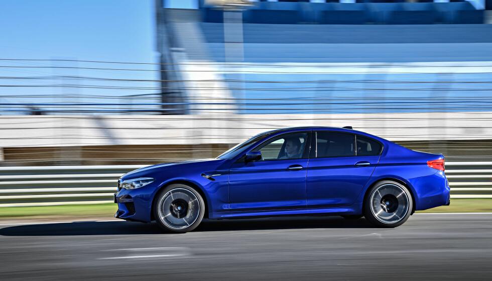 RAKETT: Fra null går det fort, og det fortsetter å gå fort til langt over 200 kilometer i timen (som passeres etter 11,1 sek.). Nye M5 slår forgjengeren ned i støvlene på ytelser (og det meste annet). Foto: BMW AG