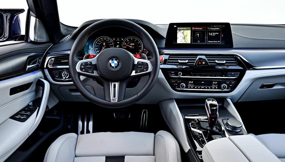 DET LILLE EKSTRA: Førermiljøet er like bra som i øvrige 5-serie, med den lille sportslige snerten man forventer fra en ekte M. Foto: BMW AG