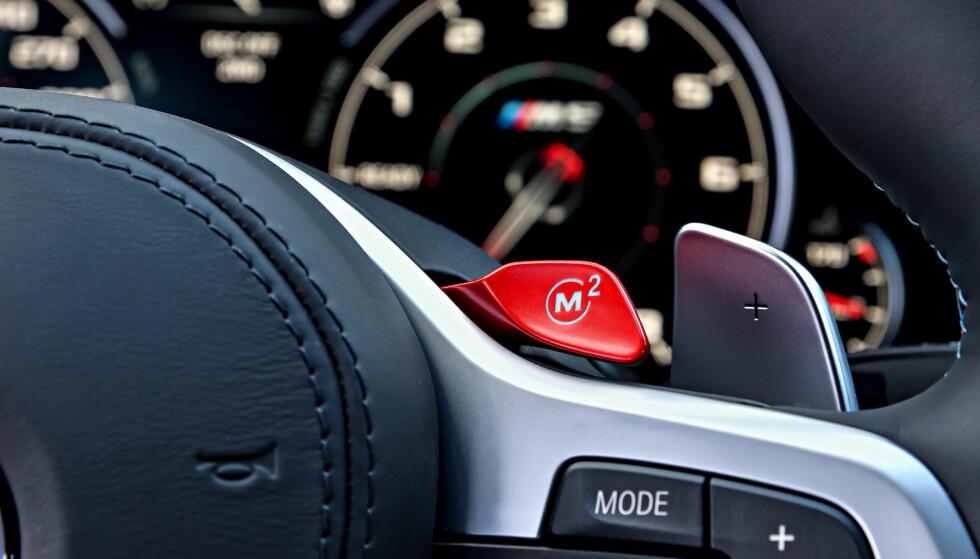 MAGISK KNAPP: M1 til venstre og M2 til høyre (bildet), gjør bilen med et tastetrykk til det du vil den skal være. Hva de skal gjøre, konfigurerer du på forhånd i menyene på iDrive-systemet. Foto: BMW AG