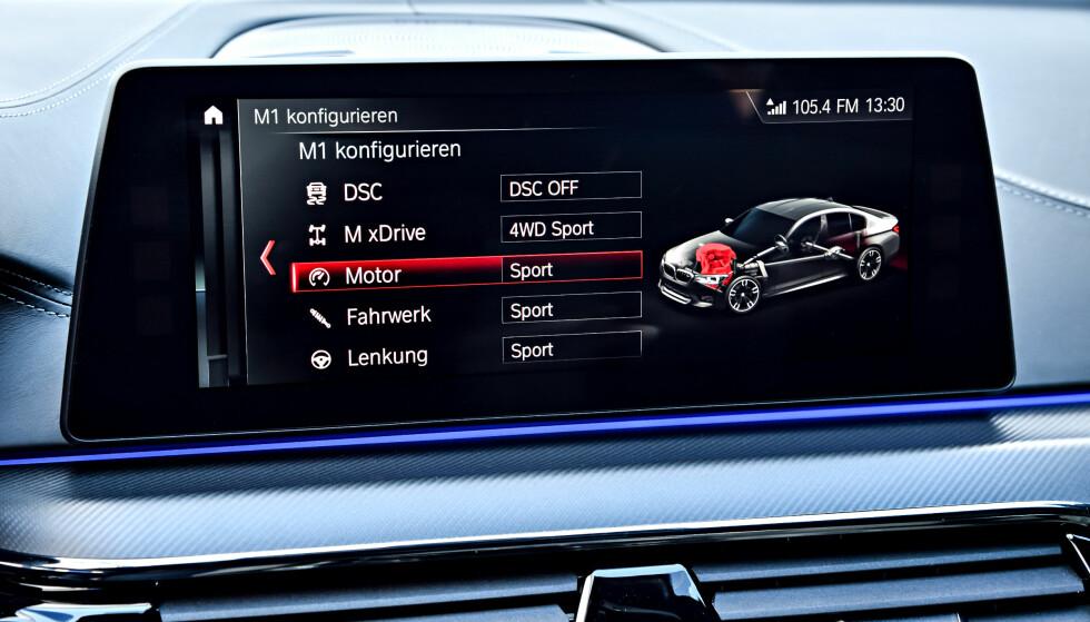 HER SKJER DET: Med denne i-Drive-menyen konfigureres de to røde knappene over rattet. Her er M1 konfigurert utpreget sportslig, men fortsatt med noe drahjelp fra forhjulene. Foto: BMW AG