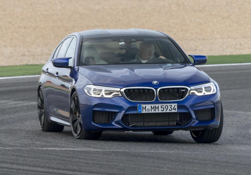 VEIGREP AV EN ANNEN VERDEN: Nye BMW M5 imponerer stort på bane - her med artikkelforfatteren bak rattet - og er dessuten både underholdende og svært trygg på landeveien. Kjøreopplevelsen med firehjulsdrift krever mental oppdatering - men med et tastetrykk har du bakhjulsdrift! Foto: Uwe Borscheid