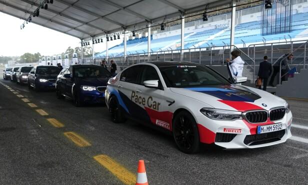 KLAR ... FERDIG ... : På vei ut i pit-en for å ta plass og få den aller første kjøreopplevelsen med det nye BMW-råskinnet. Foto: Knut Moberg