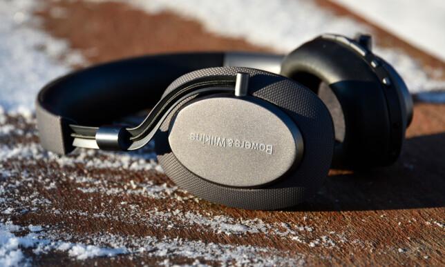 FINE DETALJER: B&W har brukt gode materialer i disse hodetelefonene, som koster rundt 3.700 kroner i butikk. Foto: Pål Joakim Pollen