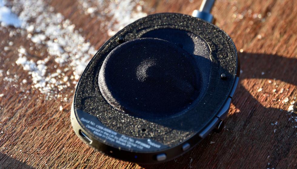 SKRÅSTILT: Høyttalerelementet i hodetelefonen er skråstilt mot hodet, og ikke vinkelrett som er vanlig. Foto: Pål Joakim Pollen
