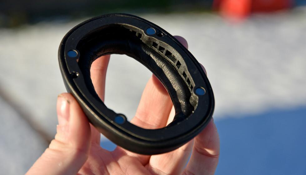 <strong>MAGNETISK:</strong> Øreputene er festet med fire magneter og kan enkelt dras av resten av hodetelefonen. Det bør gjøre det enkelt å bytte til nye. Foto: Pål Joakim Pollen