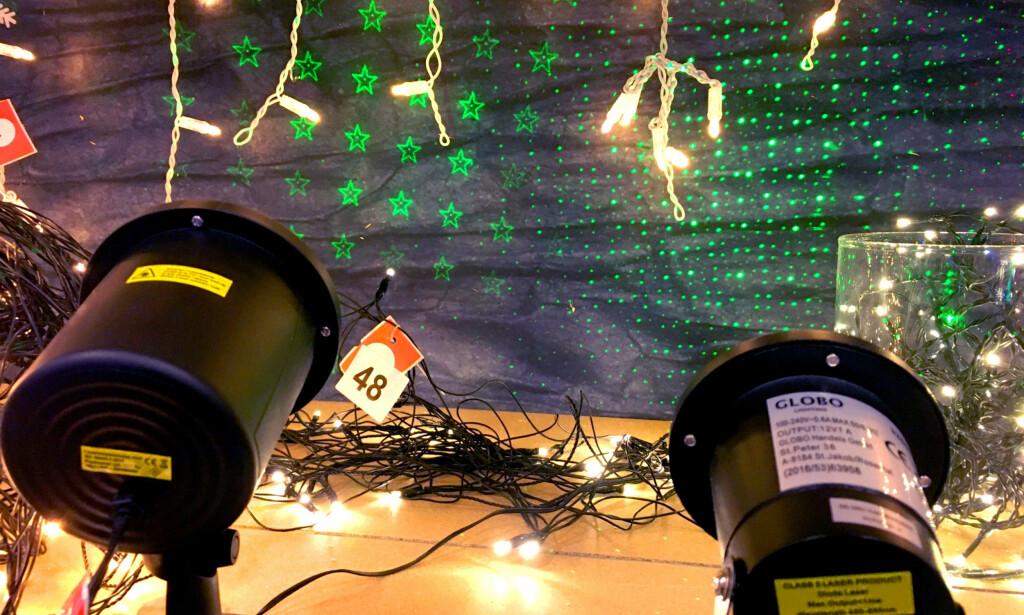 LASERLAMPE SOM JULELYS? Laserlampene kan pynte opp husveggen din ute ved at de kan lage mange forskjellige mønster - som stjerner, snøkrystaller og annet. Men vær oppmerksom på at de kan ha veldig kraftig laser som kan skade øynene dine eller andres. I motsetning til på laserpekere, er det nemlig ingen begrensninger på hvor sterke lasere man kan ha i slike laserlamper. Foto: Kristin Sørdal