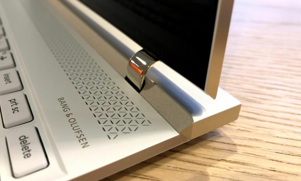 SPESIELT HENGSEL: Hengselet tar liten plass, men er litt mindre fleksibelt enn på en del andre PC-er vi har testet den siste tiden. Foto: Bjørn Eirik Loftås