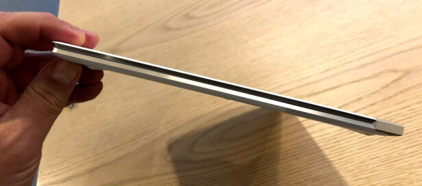 <strong>SE SÅ TYNN:</strong> Med sine 10,4 mm er dette er en av de tynneste PC-ene i verden med berøringsskjerm. Foto: Bjørn Eirik Loftås