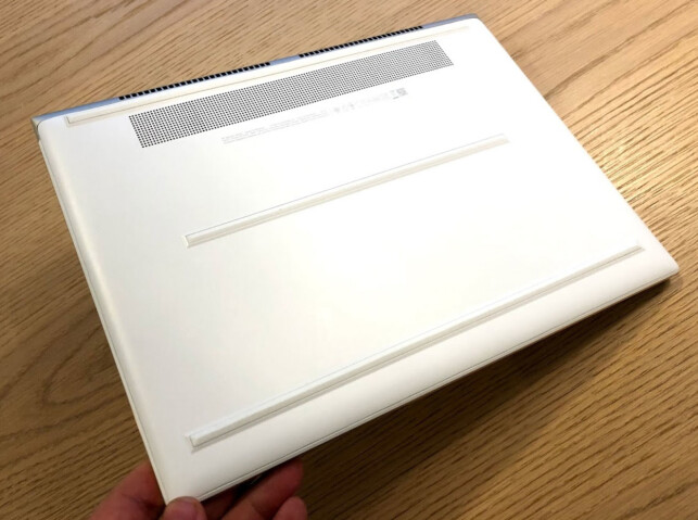 LUFTINNTAK: PC-en trives best på jevnt underlag, siden viftene suger luft inn gjennom rillene på undersiden. Foto: Bjørn Eirik Loftås