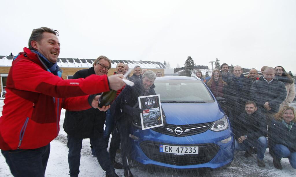 EDLE DRÅPER: Juryformann Espen Stensrud sparte ikke på de edle dråper under overrekkelsen av beviset, et diplom med klar melding: Opel Ampera-e er Årets Bil 2018. Foto: Fred Magne Skillebæk