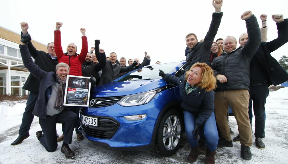 GLAD GJENG: Det ble full jubel hos Opel-importøren da Ampera-e ble kåret til Årets Bil 2018. Foto: Fred Magne Skillebæk