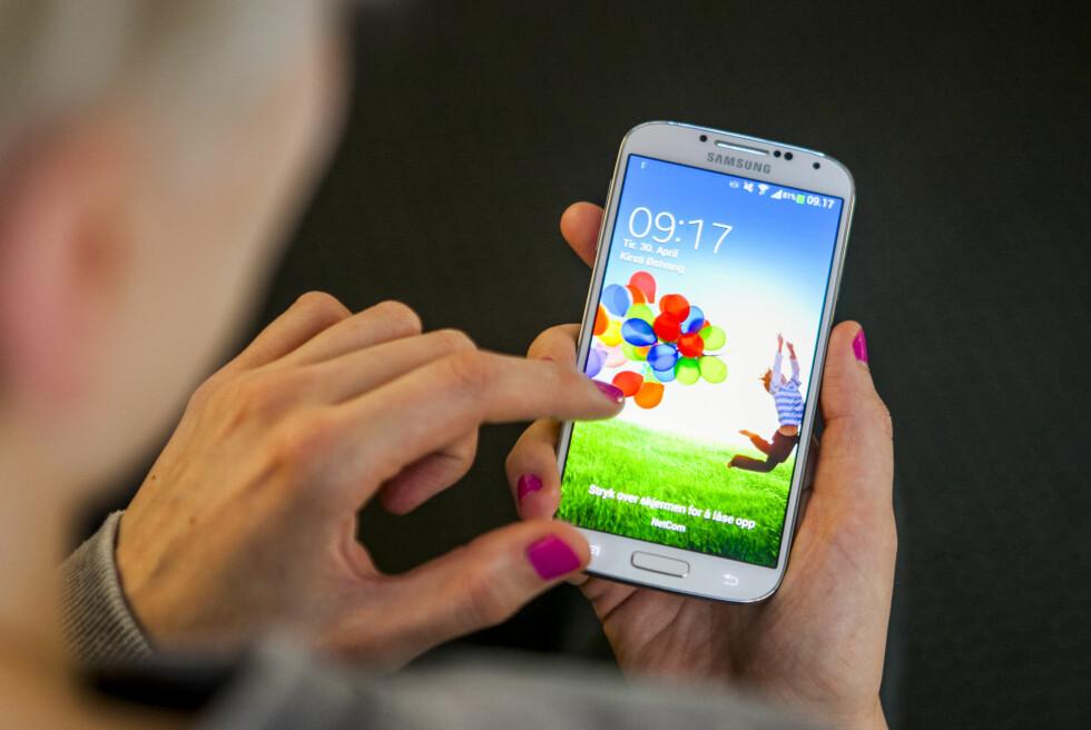 IMPONERENDE SKJERM: Samsung Galaxy S4 har blant de aller beste mobilskjermene vi har sett. Stor er den også! Foto: Per Ervland