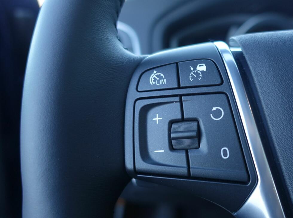 FORBILLEDLIG: Knapper på rattet bør kunne betjenes uten å se på de. Slik som disse. Foto: RUNE M. NESHEIM