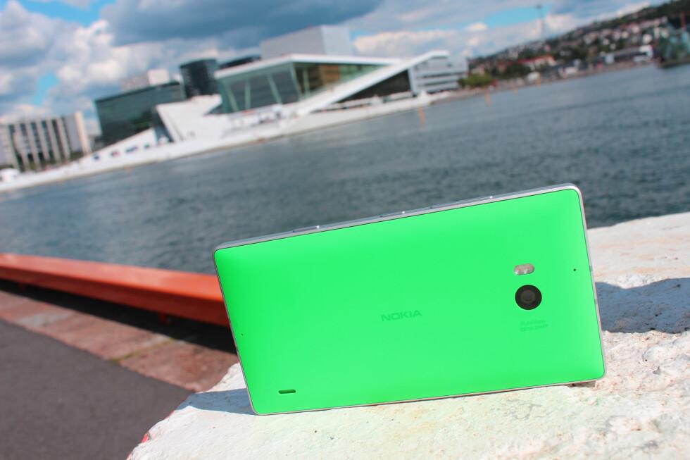 HELHJERTET FORSØK: Lumia 930 ser stilig ut, har en stor og flott skjerm og er god på det meste.  Foto: KIRSTI ØSTVANG