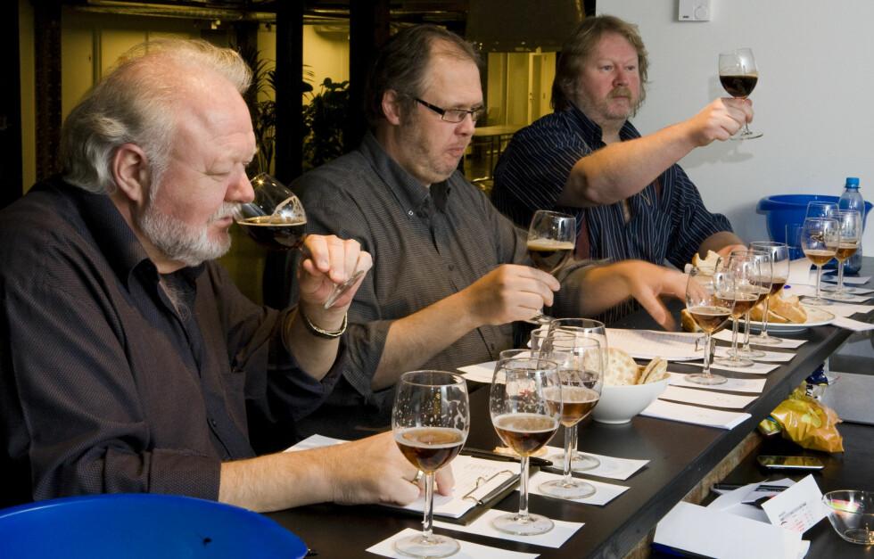Vidar Johnsen, Hylje Mortensen, og Bent Engen fra ølorganisasjonen Norøl har luktet og smakt seg gjennom 54 typer juleøl. Foto: Per Ervland