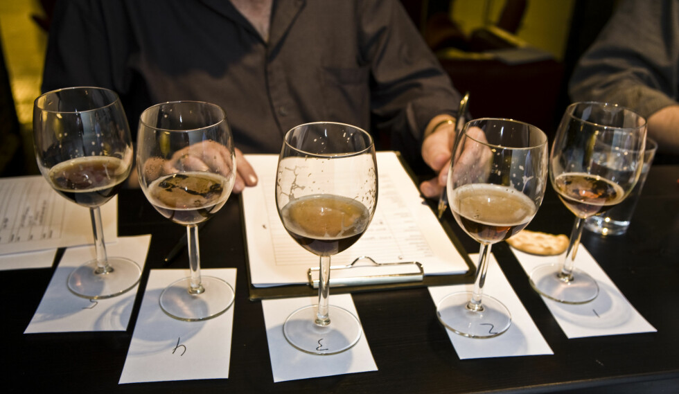 BLINDTEST: Juleøltesten er selvsagt en blindtest hvor hvert øl blir nøye vurdert. Foto: Per Ervland