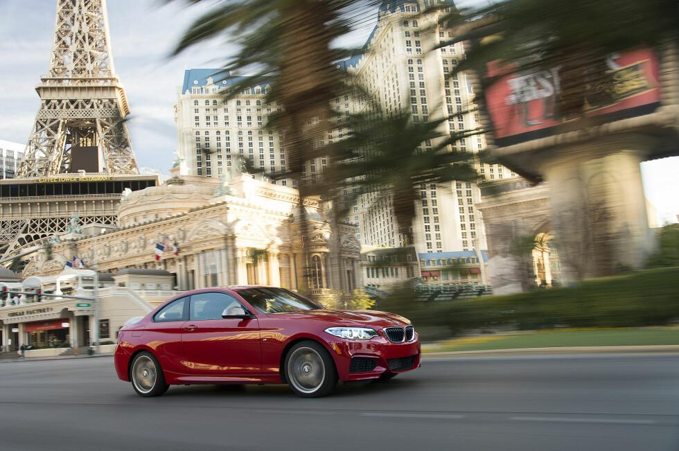 MER VOKSEN: BMW 2-serie er noe annet enn en kupé-versjon av 1-serien, slik forgjengeren var. Den er både voksnere og morsommere. Foto: BMW