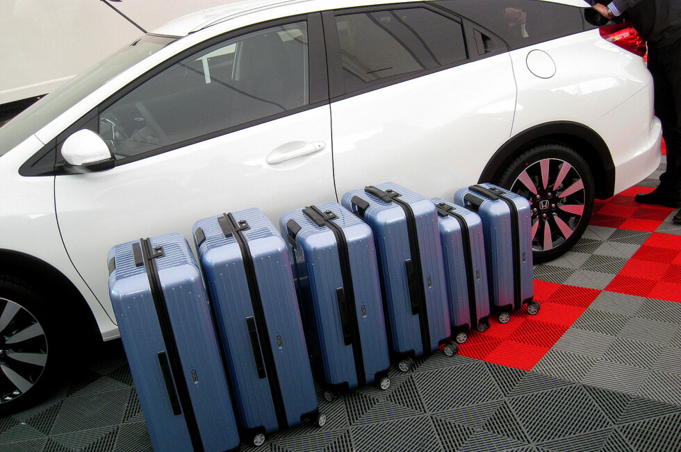 Joda, alle disse koffertene fikk faktisk plass i bagasjerommet, bak bakseteryggen og under bagasjedekslet. På det punktet imponerer Honda Civic Tourer. Foto: Knut Moberg