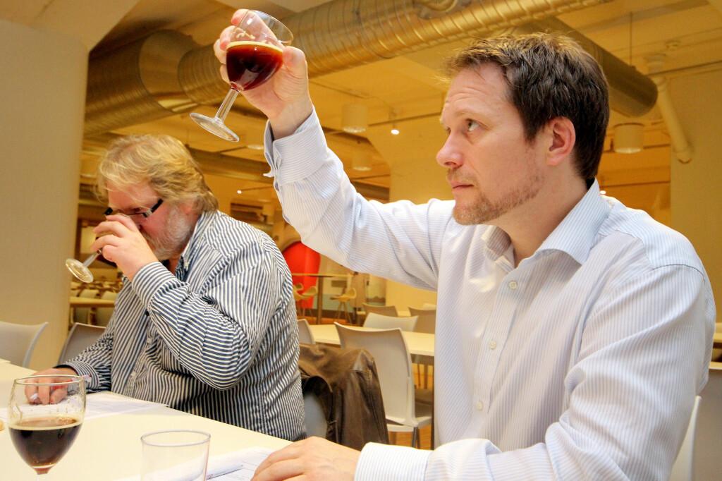 Dommerne vurderer alt fra farge til smak og aroma på juleølet. Foto: Ole Petter Baugerød Stokke