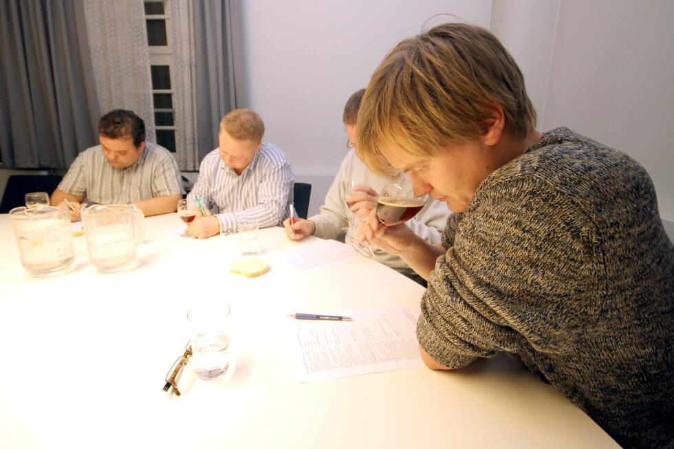 I blinde har dommerne smakt seg gjennom hele 27 forskjellige juleøl. Foto: Ole Petter Baugerød Stokke