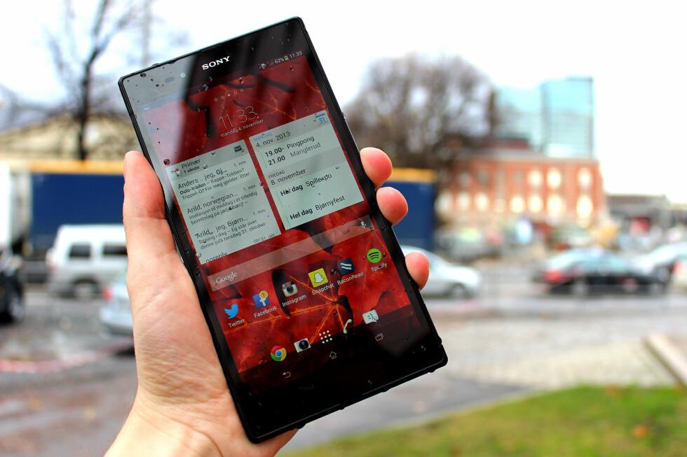 ULTRASTOR: Sony Xperia Z Ultra har ikke fått navnet sitt for ingenting. Den slår alle konkurrentene av banen med sin størrelse, på både godt og vondt.  Foto: OLE PETTER BAUGERØD STOKKE