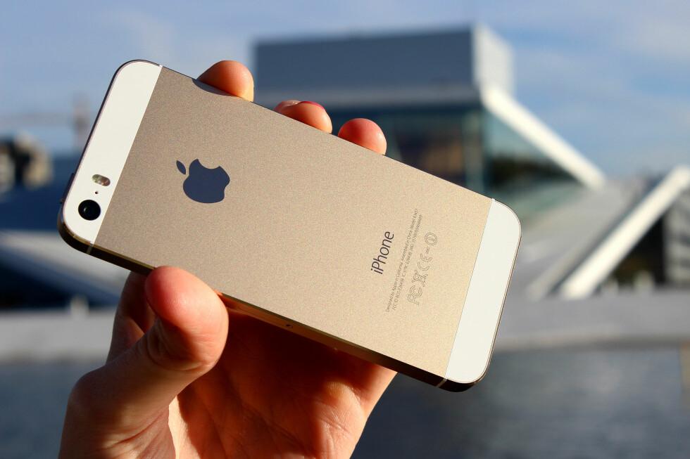 Her er den nye iPhone 5S i gull. Men det er ikke fargen som får den til å skinne. Foto: OLE PETTER BAUGERØD STOKKE