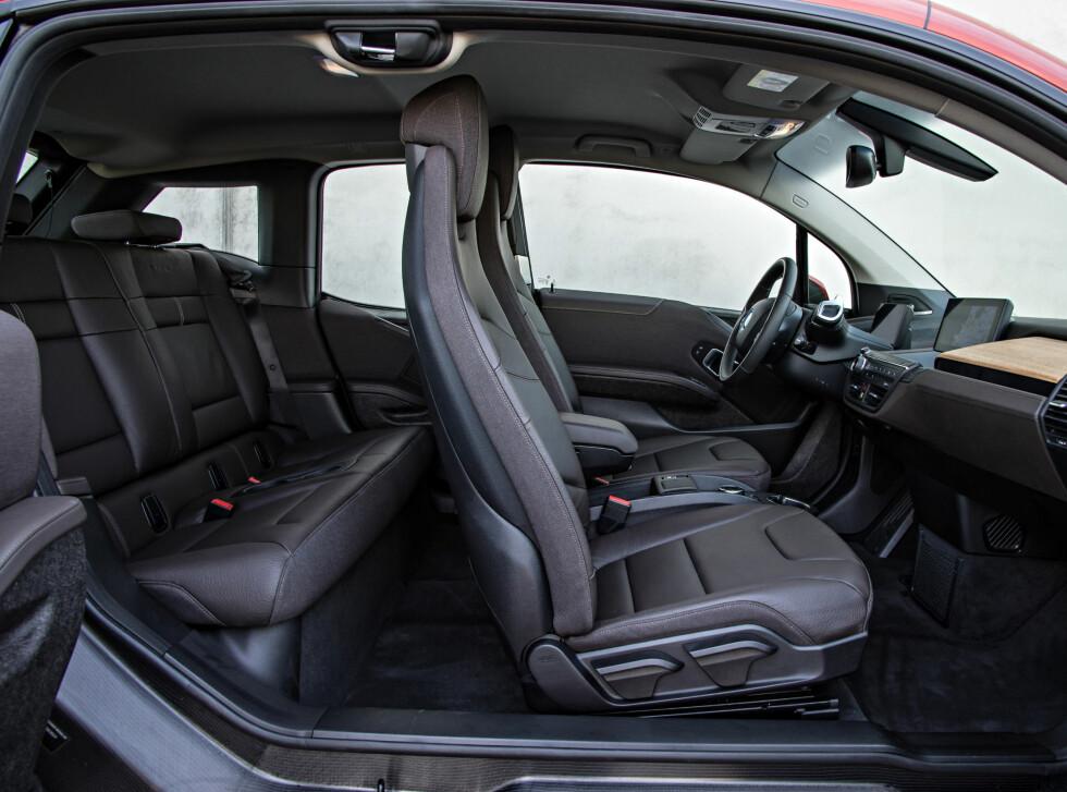 Selv uten å legge frem ryggen på forsetet er det mulig å komme seg greit inn i baksetet.  Foto: BMW