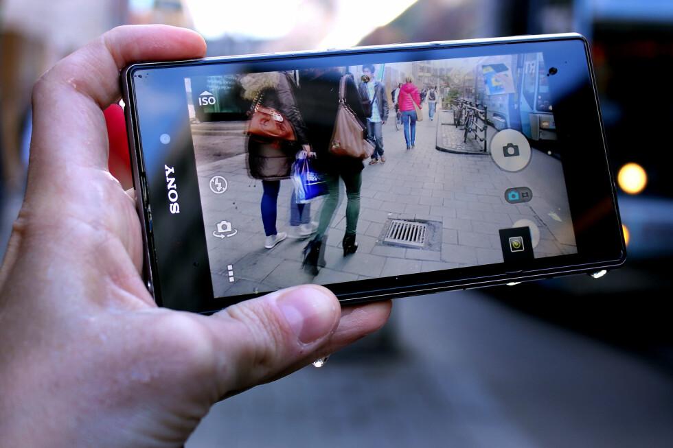 VÅT OG VILL: Sony Xperia Z1 tåler vann. Den tåler også mye bruk, da batteriet varer lenge. Og den tar flotte bilder. Dette kan med andre ord bli en god venn i høst. Foto: Ole Petter Baugerød Stokke