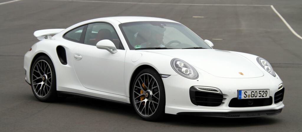 <B>TIL HVERDAG OG TIL FEST:</B> Det er faktisk mulig å bruke denne særdeles spreke Porschen som hverdagsbil, ifølge vår journalist, men det er nok kanskje ikke der gleden er størst.