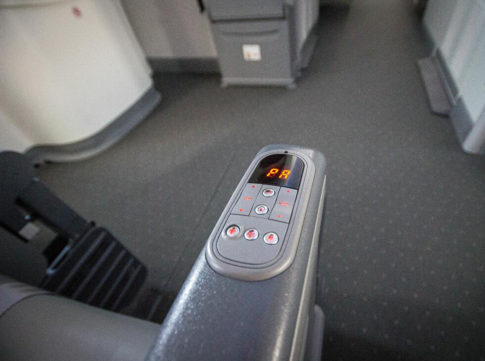Fra armlenet kan du slå på leselys, justere volum, eller tilkalle kabinpersonalet. Foto: Gaute Beckett Holmslet