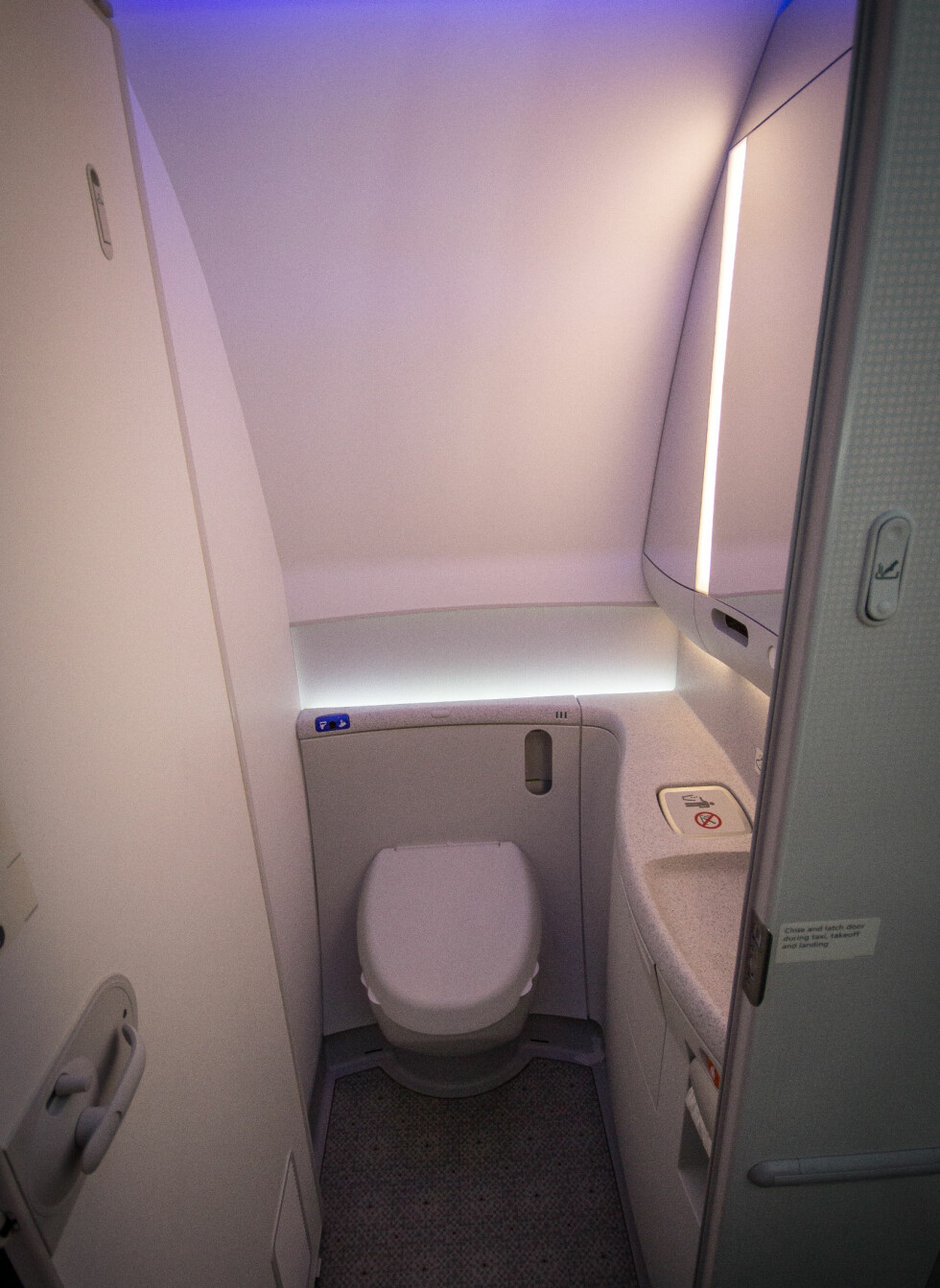 """Er dette mye større enn på """"vanlige"""" fly? Vi er litt usikre, men døren var i alle fall praktisk. Foto: Gaute Beckett Holmslet"""