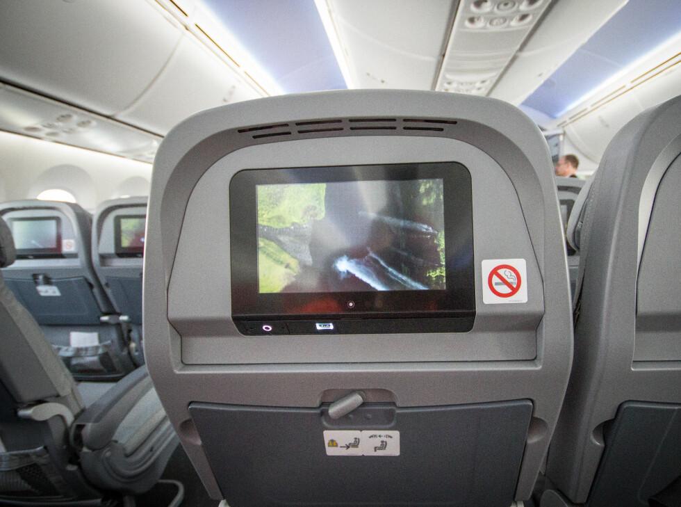 På økonomiklasse er skjermen innfelt i seteryggen foran deg. Foto: Gaute Beckett Holmslet