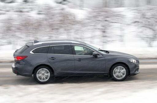 MODERNE: Mazda 6. Linjene preges av bølger og spenst og fremstår som dynamiske i forhold til Passaten - selv i denne etter vår mening dørgende triste gråfargen. Foto: Fred Magne Skillebæk