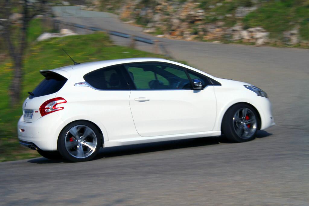 Svingete veier er som en lekegrind for nye Peugeot 208 GTI. Foto: Fred Magne Skillebæk