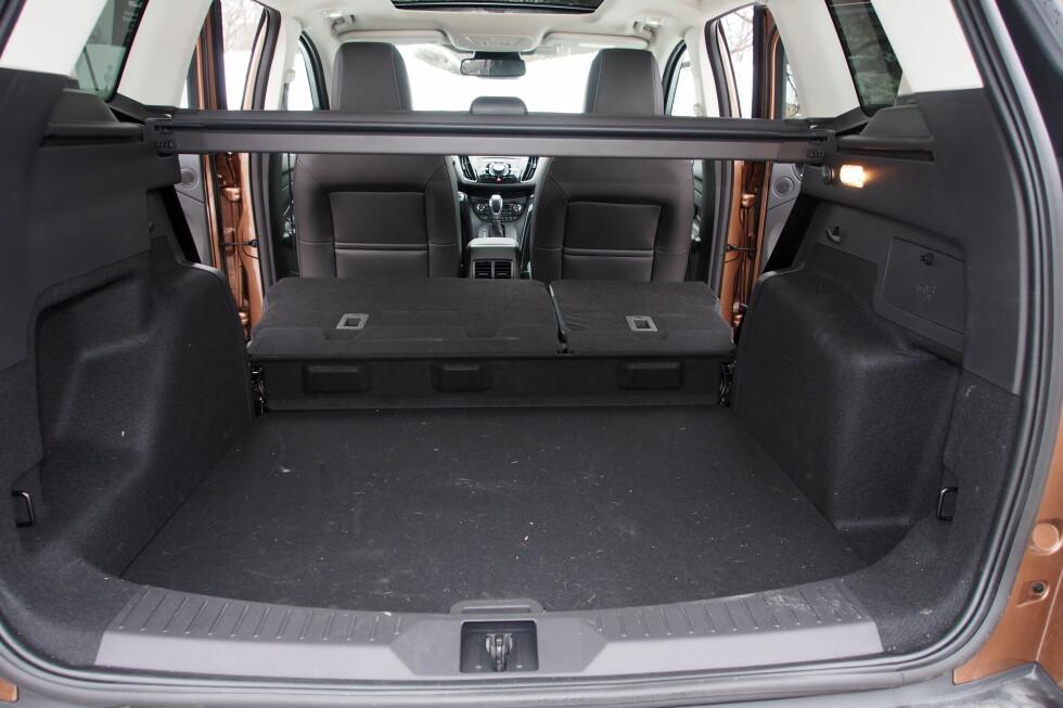 Når setene er lagt ned er ikke gulvet helt flatt, men er det viktig for deg kan du heve gulv-lokket bakerst, og resultatet ser du på neste bilde.  Foto: Øyvind P