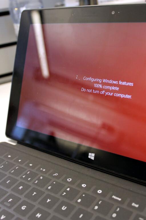 AUDA: Å vente på oppdateringer på Surface RT er ikke noe mer gøy enn på PC-en. Mindre gøy, faktisk, da det virker noe unaturlig.  Foto: Ole Petter Baugerød Stokke