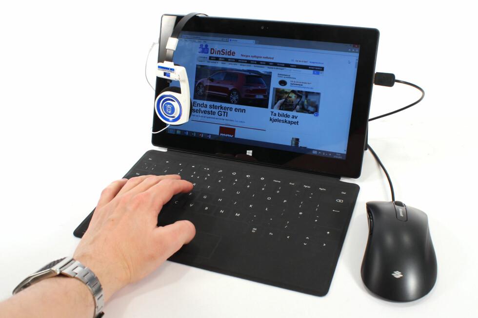 PC/NETTBRETT: Microsoft Surface RT gir deg blant annet Windows skrivebord og USB-port. Men det mangler mye før den kan kalles noen PC. Og noe før den blir et skikkelig nettbrett-alternativ.  Foto: Ole Petter Baugerød Stokke