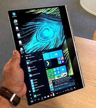 NETTBRETTMODUS: Med enkle håndgrep kan du gjøre PC-en om til et nettbrett, her i stående modus. Foto: Bjørn Eirik Loftås
