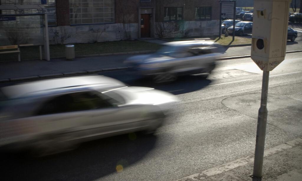 TO AV TRE: Flertallet bremser ned før fotoboksen - og gasser på igjen rett etterpå. Foto: NTB Scanpix
