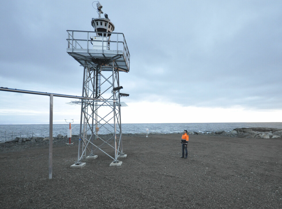 Utrykningsleder Leif Rune Kristiansen er spent på hvordan utstyret vil tåle værforholdene på Øya.  Foto: Avinor