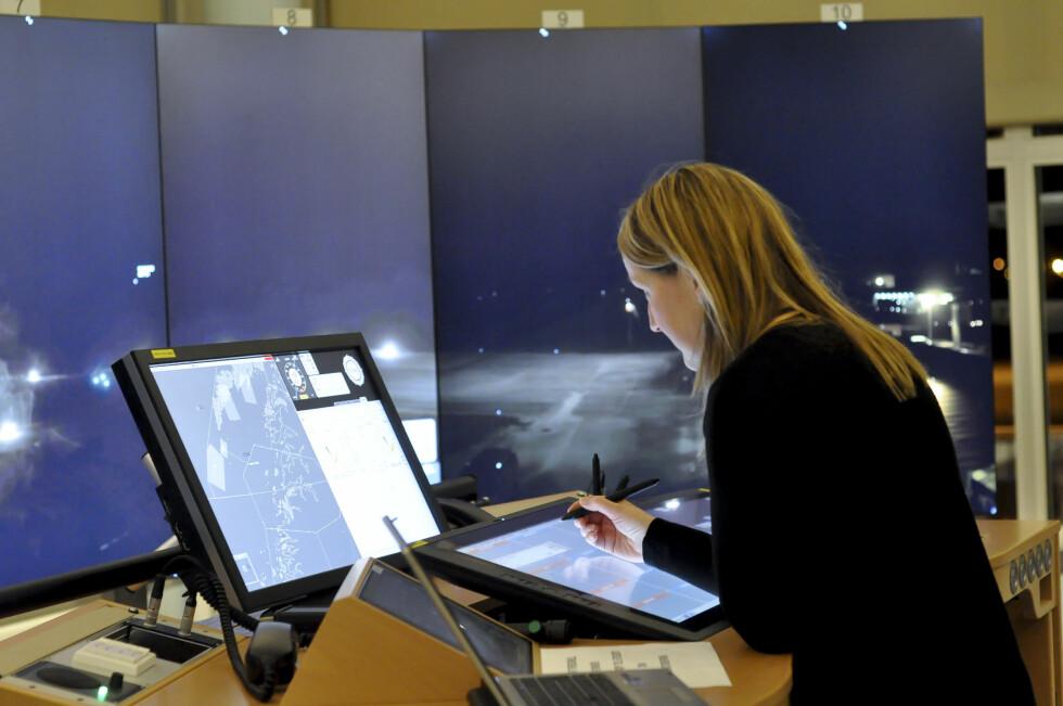 AFIS-fullmektig Ann Mari Hilsund sitter i Bodø og skal håndtere lufttrafikken på Verøy i testperioden. Snart skal også Røst overvåkes derfra. Foto: Avinor