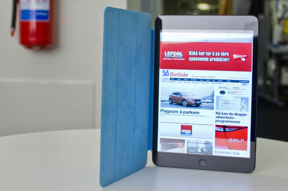 <strong><B>HENDIG FORMAT:</strong></B> iPad mini er strengt tatt bare en nyvinning på to fronter: vekt og størrelse. Det er til gjengjeld to fronter som merkes. Det blå smartcoveret følger forøvrig ikke med, det må kjøpes utenom. Foto: Øivind Idsø