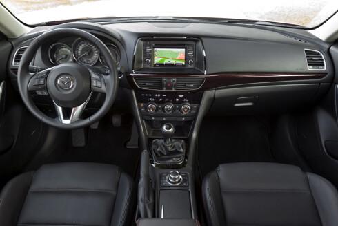 Mazda har satset på en sporty stil, også innvendig.  Foto: Fred Magne Skillebæk
