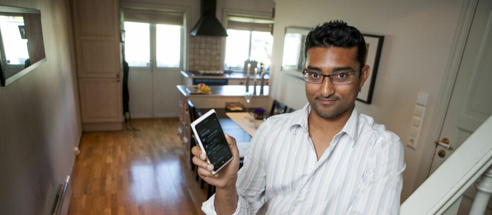 STYRER HUSET FRA MOBILEN: Satheesh Varadharajan kan styre det meste av lys, varme, et cetera i Oslo-leiligheten fra mobilen. Foto: PER ERVLAND