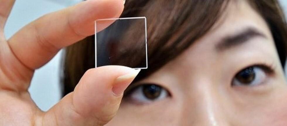Det ser ut som en helt vanlig glassbit, men er i praksis et lagringsmedium som tåler det meste. Foto: Hitachi