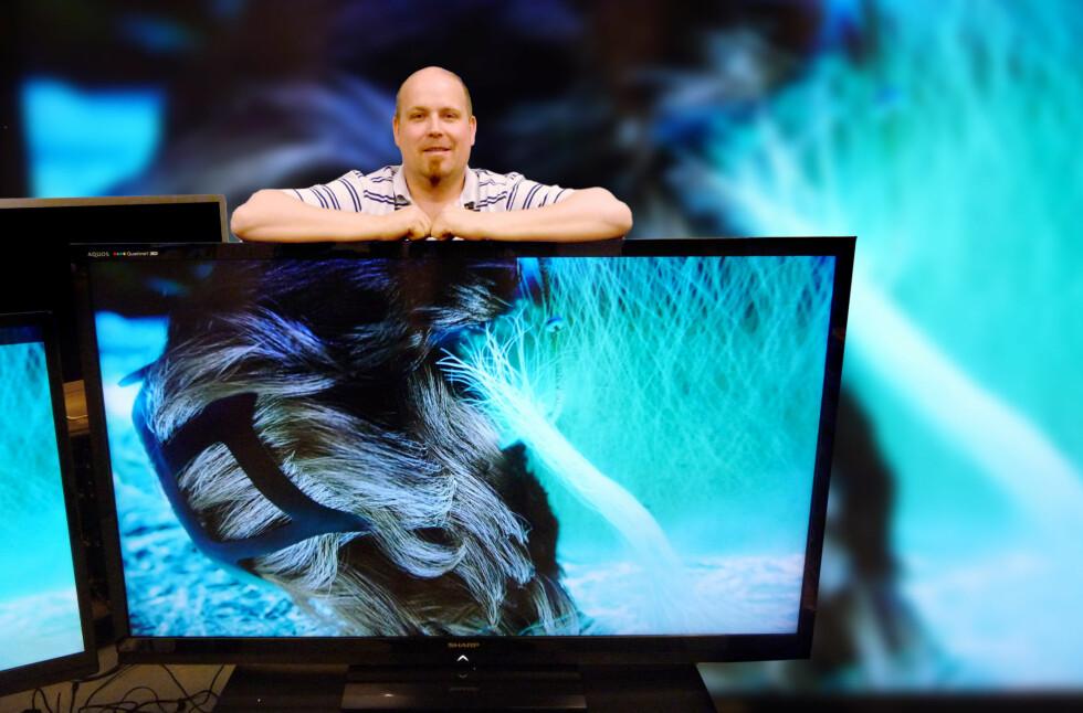 TV-tester Jørn Finnerud fra Watt er ingen liten mann, så når han står bak TV-en får du et godt inntrykk av hvor stor den faktisk er. Foto: Øyvind Paulsen
