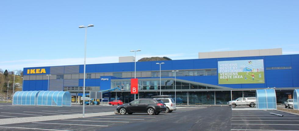 Patriotisme i praksis: Verdens beste by fortjener verdens beste Ikea. Innen onsdag skal nok den blå beskyttelsesplasten være borte fra handlevognskjulene, og parkeringsplassen er nok litt fullere. Foto: Elisabeth Dalseg