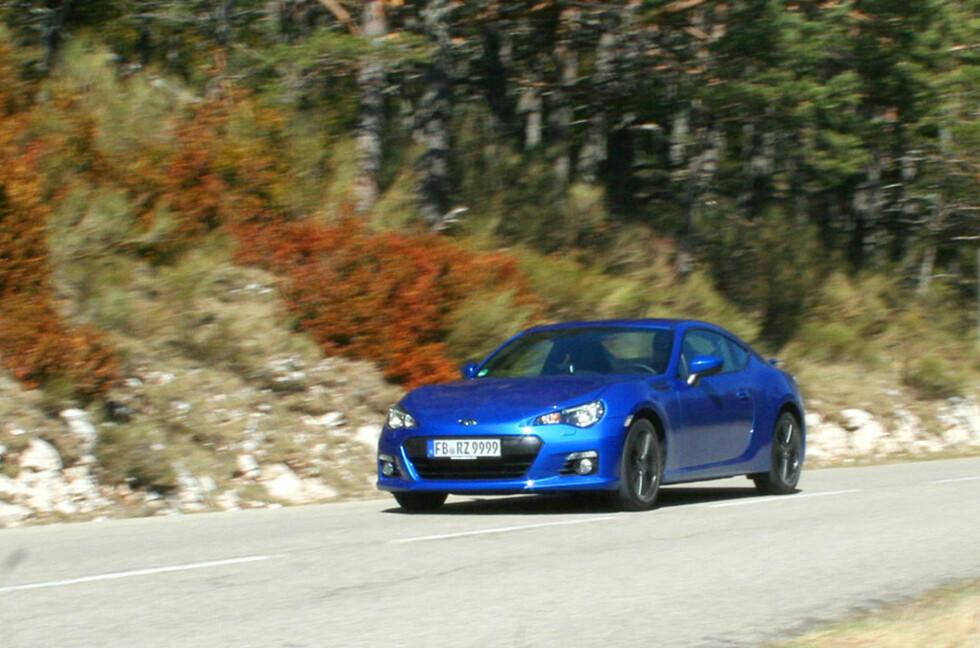 BRZ: Dette er Subarus nye sportskupé på veien i Provence. Vi likte bilen godt og skulle gjerne kjørt den mer. Sportslige, men stabile kjøreegenskaper, fabelaktig veigrep og presis styring gir kjøreglede i massevis. Den kunne fint taklet mer krefter enn de 200 hestekreftene. Foto: Knut Moberg