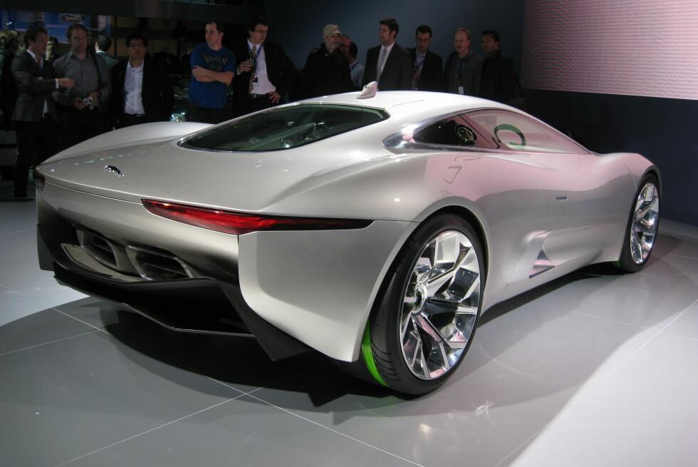 Slik sto konseptbilen Jaguar C-X75 på Paris-utstillingen i 2010. Nå vet vi at bilen skal serieproduseres. Og det med en 1,6-litersmotor på 500 hester, to elektromotorer og firehjulsdrift... Foto: KNUT MOBERG